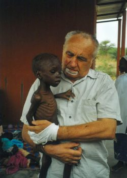 Franz Grandits kümmert sich in Burkina Faso um ein unterernährtes Kind.